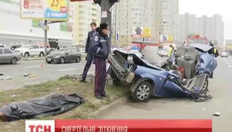 В Киеве автомобиль обкрутило вокруг столба