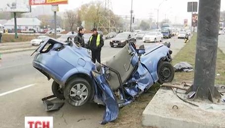 В Киеве автомобиль врезался в рекламный щит