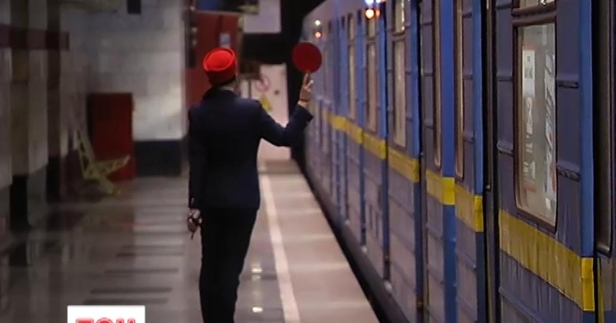 У київському метро пояснили таємничі зупинки потягів посеред темних тунелів