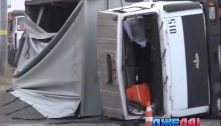 Посреди трассы в Мариуполе перевернулся «МАЗ»