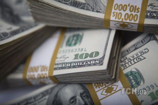 Долар і євро розпочали тиждень зі здешевшання у курсах Нацбанку. Інфографіка