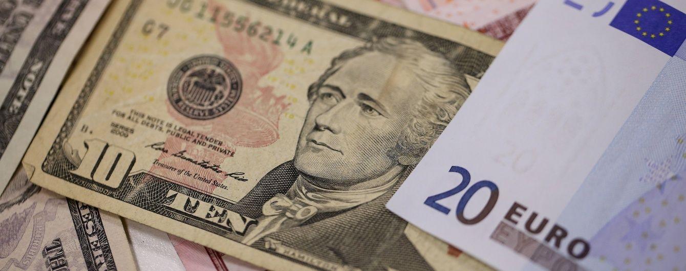 Долар і євро продовжують дешевшати в курсах валют Нацбанку. Інфографіка