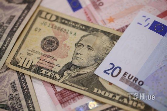 Після Різдва долар здешевшає до нового рекордно низького рівня. Курси валют Нацбанку на 26 грудня