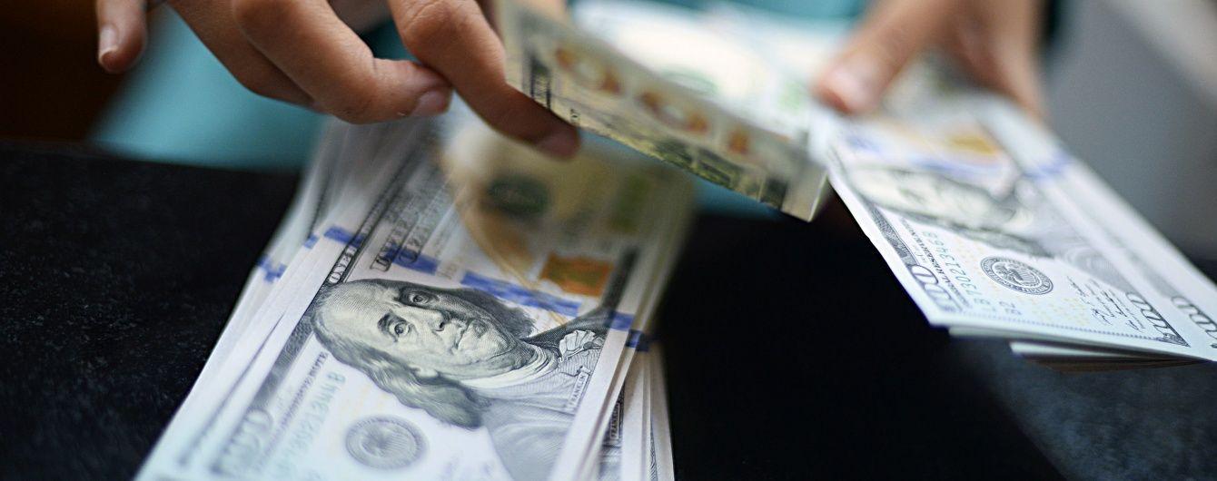 Долар і євро продовжують дешевшати. Нацбанк визначився з курсами валют на середу