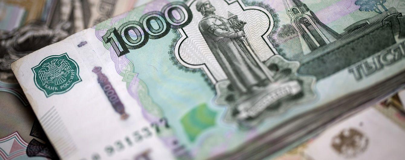 У Росії продовжує падати рубль та фондовий ринок