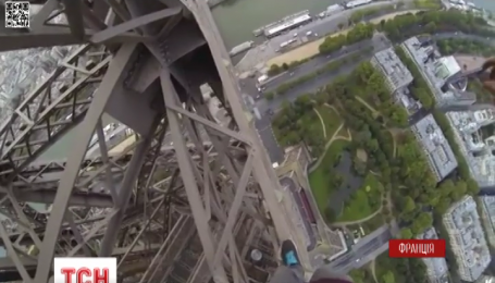 В Париже парень взобрался на Эйфелеву башню