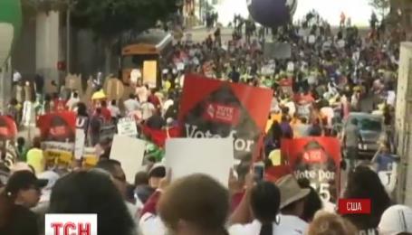 В США тысячи людей вышли на улицы, требуя повысить минимальную зарплату
