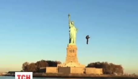 Впечатляющий полет с реактивным рюкзаком возле Статуи Свободы стал интернет-хитом