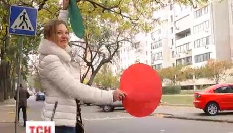 В Одессе родители учеников с разноцветной бумагой регулировали движение возле школы №62