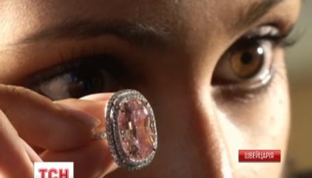 Редкий розовый бриллиант продали за 28 млн долларов