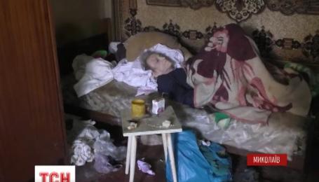Рідний син бив та знущався з прикутої до ліжка матері