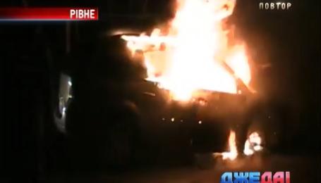 Неизвестные посреди ночи подожгли припаркованный автомобиль в Ровно