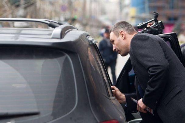 "Кличко ""пошел в народ"" с флаерами о правилах парковки"