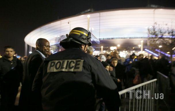 Поранені і залякані люди: Reuters показало страшні фото з місць вибухів у Парижі