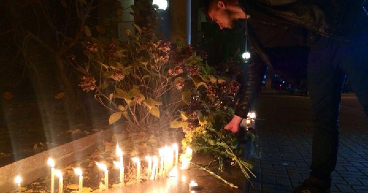 Киевляне приносят цветы к посольству Франции @ twitter.com/ Громадське ТБ