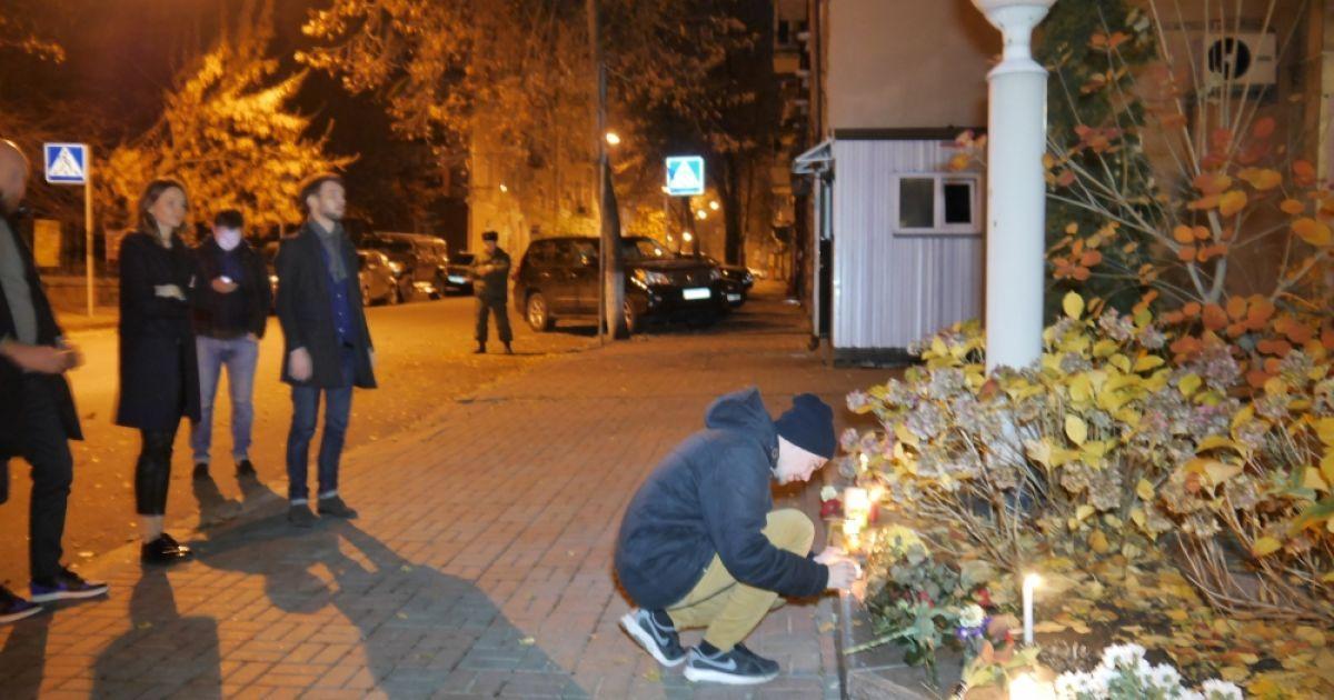 Люди всю ночь несли цветы к посольству Франции в Киеве @ Gazeta.ua