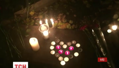 Украинцы несут цветы к посольству Франции