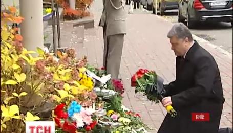 Українці оплакують парижан біля французького посольства
