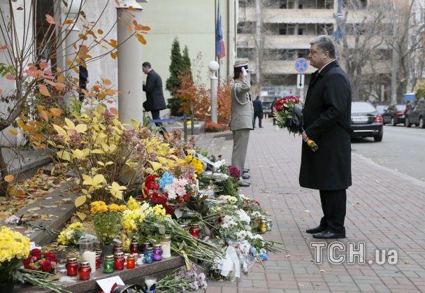 Молитва за Париж. По всьому світу до посольств Франції несуть квіти та свічки