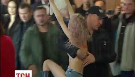 Активистка Femen разделась перед Кличко на избирательном участке