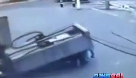 В Бразилии автозаправочная рухнула на мотоциклиста