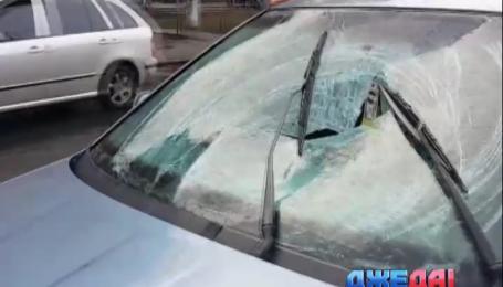 Под колеса автомобиля в столице попала беременная женщина