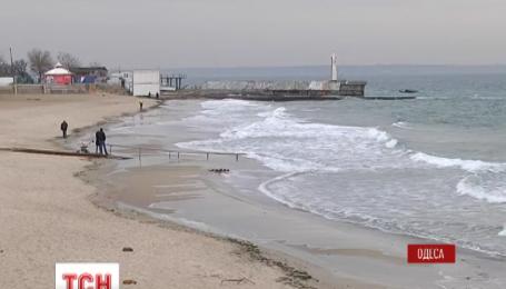 В Одессе штормовой ветер отогнал от берега большую часть воды