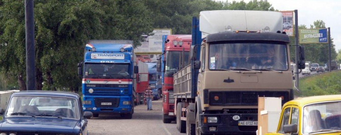 На західному кордоні України у чергах стоять понад півтисячі вантажівок