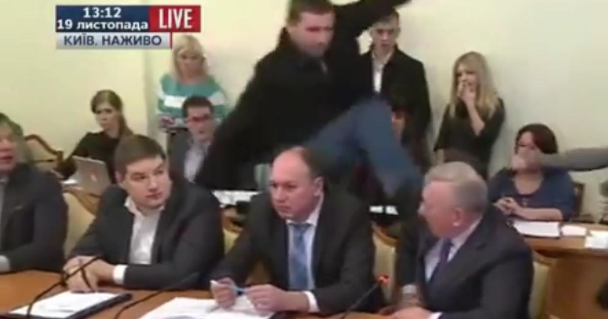 Нардеп Парасюк на заседании комитета Рады ударил ногой СБУшника