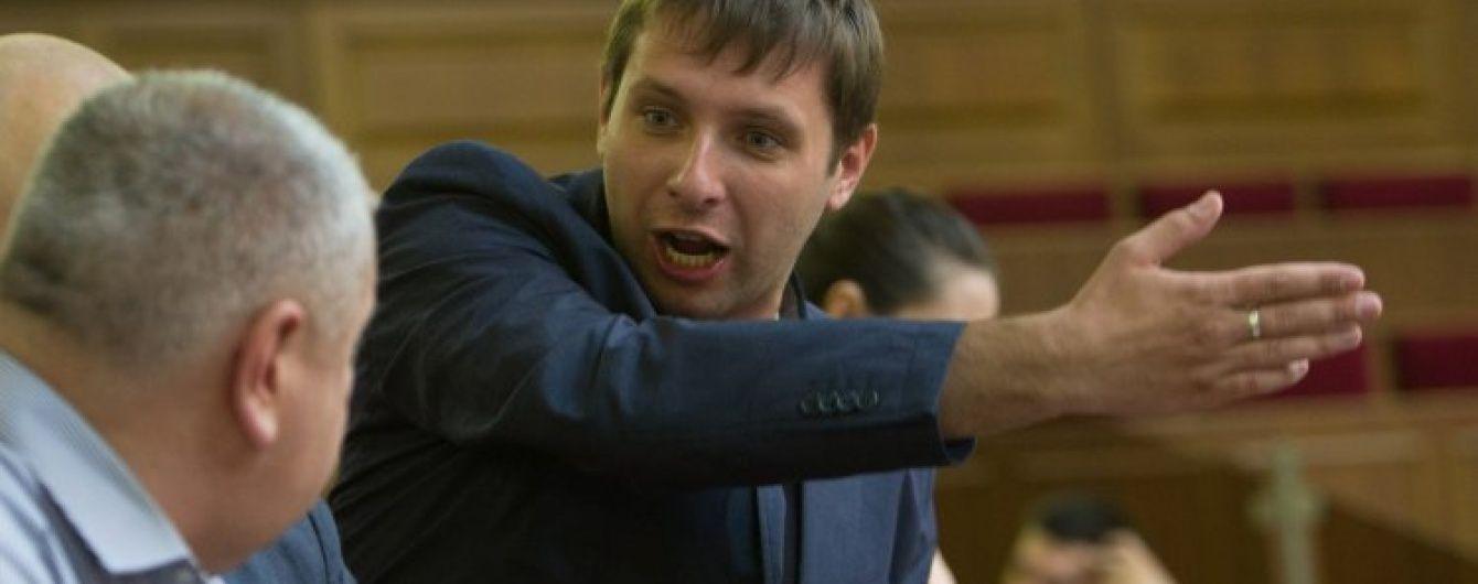 З'явилося відео, як Парасюк кидав склянки у прокурорів на суді щодо бійки на Драгобраті
