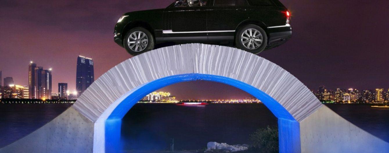 Range Rover выехал на бумажный мост (видео)