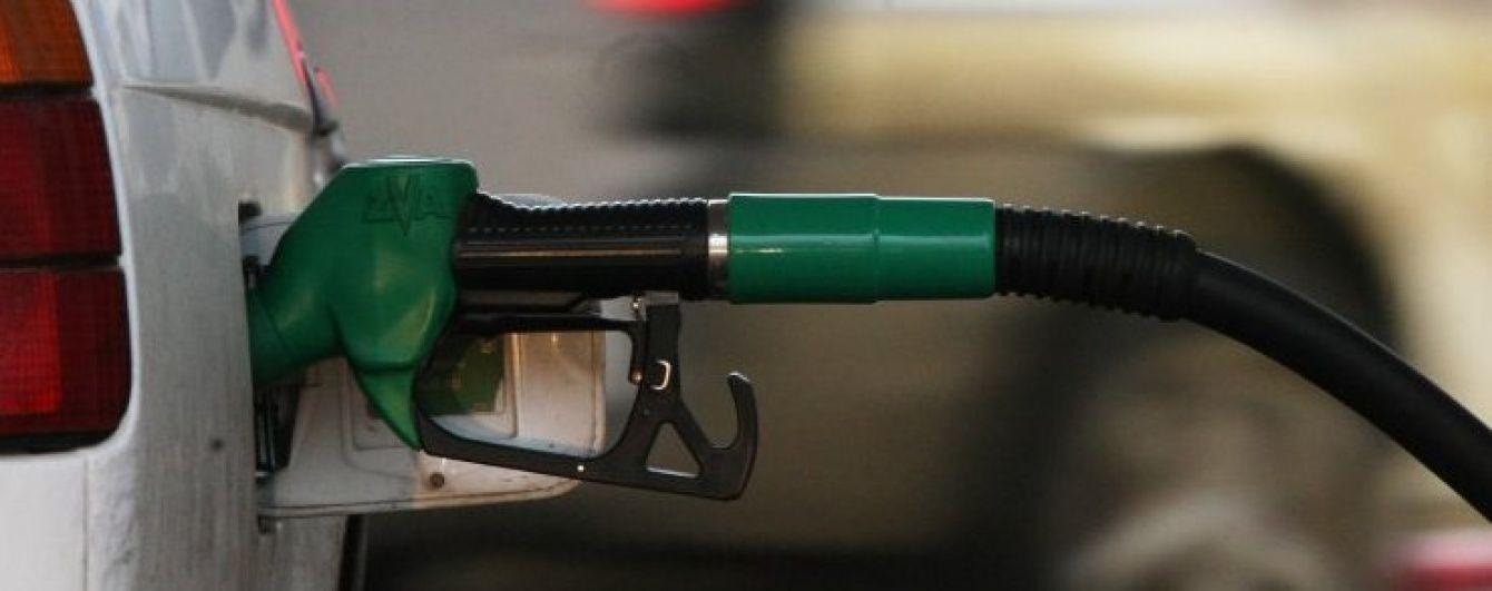 Скільки коштує заправити автомобіль на українських АЗС. Середні ціни на 25 грудня