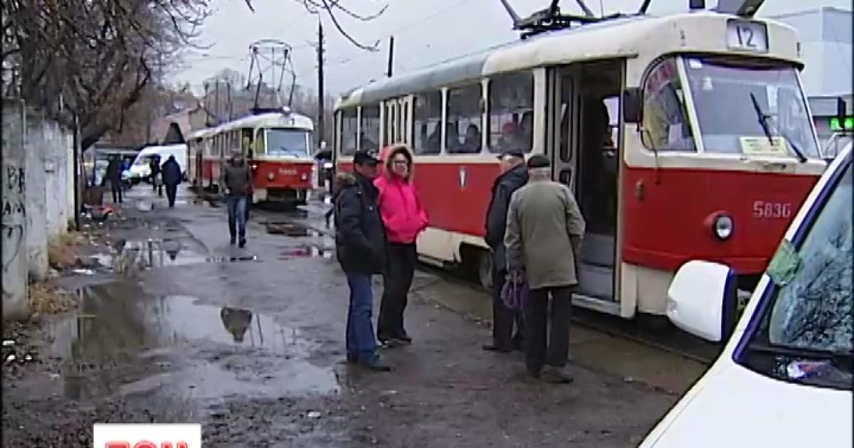 В Киеве запаркованный на рельсах джип парализовал движение трамваев и разозлил пассажиров