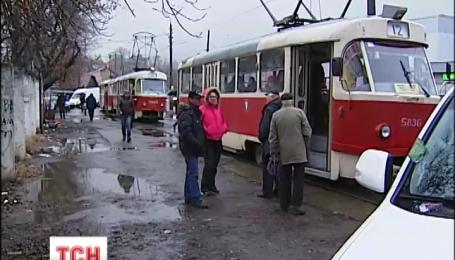 В Киеве неправильно припаркованный джип на час остановил трамваи