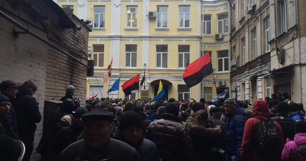 Активисты митингуют во дворе Печерского суда