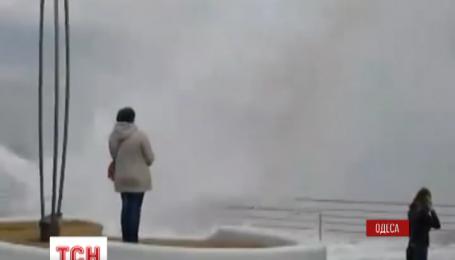 У Одесі в неділю вирувало море