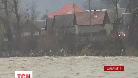 Паводковая вода на Закарпатье движется в сторону Венгрии