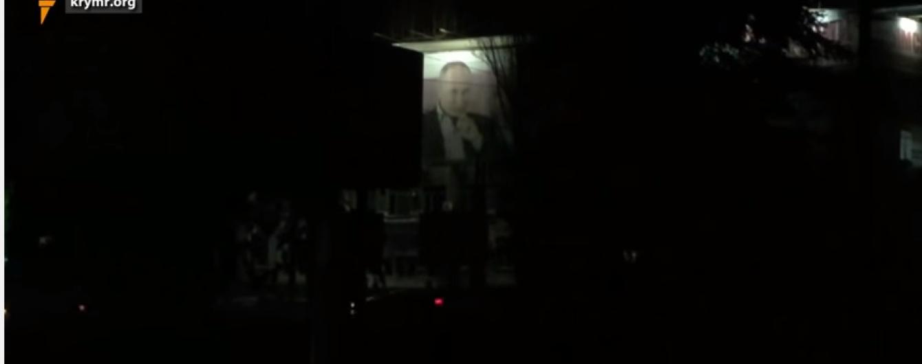 В обесточенном Крыму подсвечивают билборды с Путиным