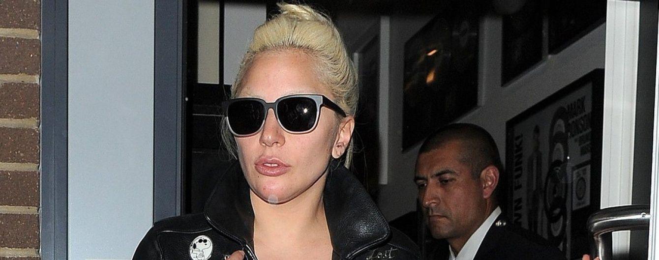"""Дівоча пам'ять: Леді Гага """"забула"""" надягнути спідницю на колготи у сіточку"""