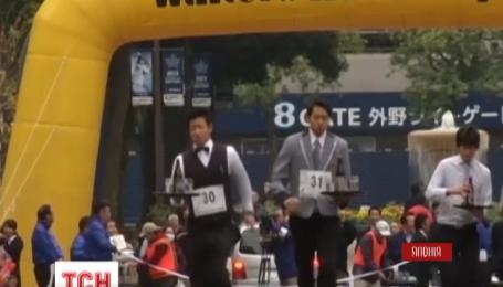 В Японии более сотни официантов приняли участие в необычном марафоне