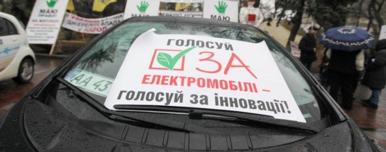 Порошенко підписав закон про скасування ввізного мита на електромобілі