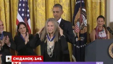Барак Обама наградил Стивена Спилберга и Барбару Стрейзанд медалями Свободы