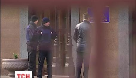 Сергей Старенький восстановил себя в должности главного тюремщика, но на работу его не пускают