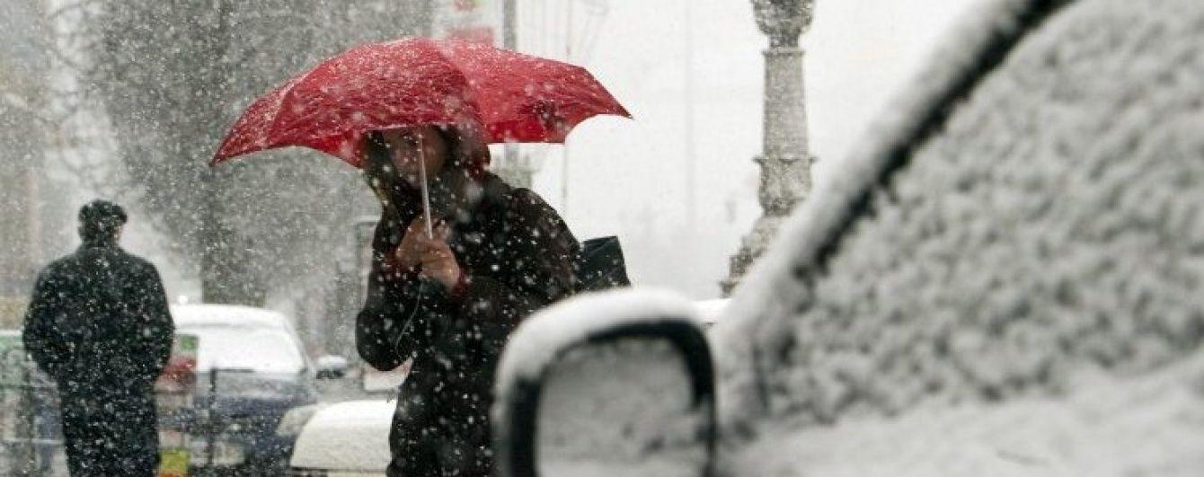 Сильні дощі та мокрий сніг. Синоптики оголосили по Україні штормове попередження