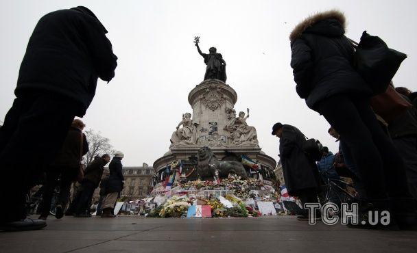 У Парижі вшанували жертв терактів: військовий оркестр, море французьких прапорів і квіти