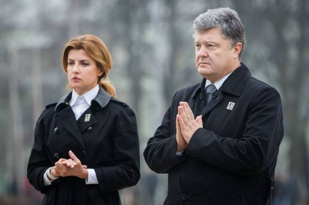 Подружжя Порошенків на колінах вшанували пам'ять жертв Голодомору