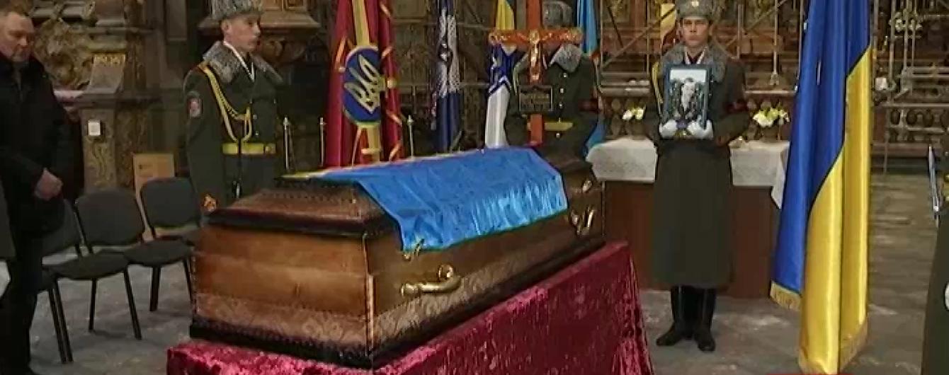 У Львові поховали військового, який загинув більше року тому під Зеленопіллям