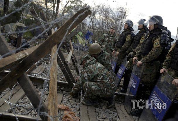 Шлях до Європи. У Македонії біженці закидали поліцію камінням на кордоні