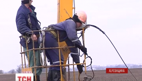 Участники блокады Крыма допустили ремонтников к разрушенной воздушной линии «Каховская-Титан»
