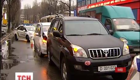 У Києві авто з номерами посольства РФ потрапило у ДТП